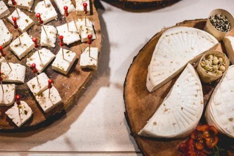 חדר אכל - מבחר גבינות עשיר